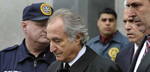 Bernard Madoff deixa tribunal em Nova York em 2009 antes de ser condenado à prisão
