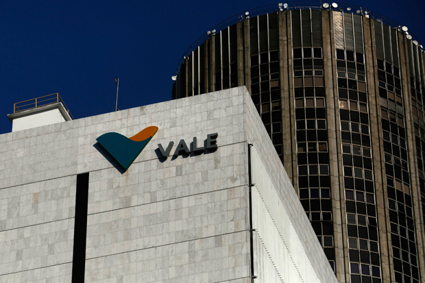 A view shows the company logo of Brazilian mining company Vale SA at its headquarters in downtown Rio de Janeiro August 20, 2014. Brazil's Vale SA, the world's largest iron ore miner, secured a preliminary license to expand its flagship Carajas mine in the northern state of Para, which should help the company win a bigger slice of the sea-borne iron ore market. REUTERS/Pilar Olivares (REUTERS - Tags: BUSINESS COMMODITIES LOGO) ORG XMIT: PON33
