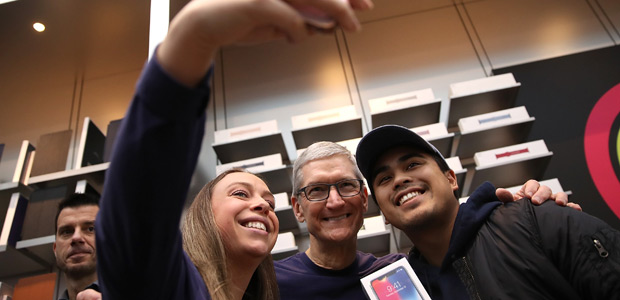 PALO ALTO, CA - NOVEMBER 03: Apple CEO Tim Cook (C) takes a selfie with customers as the new iPhone X goes on sale at an Apple Store on November 3, 2017 in Palo Alto, California. The highly anticipated iPhone X went on sale around the world today. Justin Sullivan/Getty Images/AFP == FOR NEWSPAPERS, INTERNET, TELCOS & TELEVISION USE ONLY ==