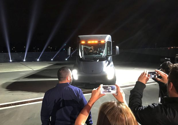 REFILE - ADDING DROPPED LETTER IN CITY NAME Tesla's new electric semi truck is unveiled during a presentation in Hawthorne, California, U.S., November 16, 2017. REUTERS/Alexandria Sage ORG XMIT: MB121