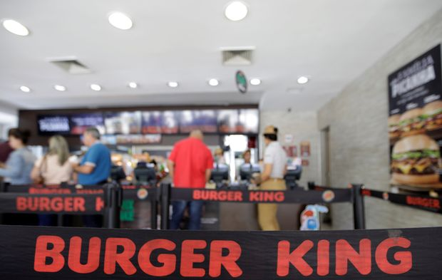 Consumers line up at a Burger King restaurant in Sao Paulo, Brazil October 20, 2017. REUTERS/Paulo Whitaker ORG XMIT: PW104