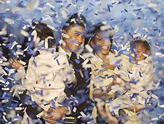 Texto: ** TO GO WITH STORY SLUGGED OBAMA SEMBLANZA ** ** FILE ** In this Nov. 2, 2004 file photo Illinois U.S. Senator-elect Barack Obama, holding his daughter Malia, 6, and his wife Michelle, holding their daughter Sasha, 3, are covered in confetti after Obama delivered his acceptance speech in Chicago. Only the fifth black U.S. Senator to be elected in history,Obama defeated Republican Alan Keyes in the nation's first Senate race with two black major-party candidates. (AP Photo/M. Spencer Green)