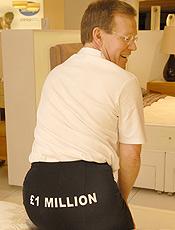 Testador de colchões põe o traseiro no seguro por R$ 3 mi