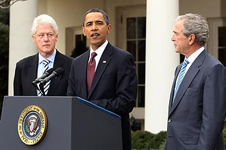 Presidente Barack Obama (centro) anuncia fundo para vítimas do tremor no Haiti criado por Bill Clinton (esq.) e George W. Bush (dir)
