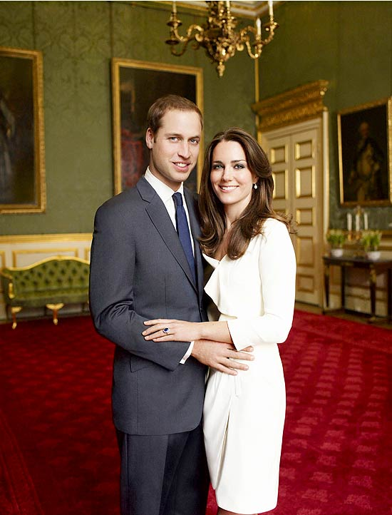 Príncipe William e a noiva Kate Middleton em foto oficial do noivado