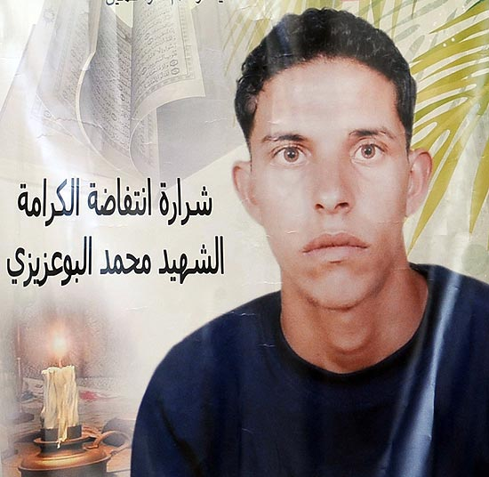 Imagem de arquivo mostra cartaz de Mohamed Bouazizi, que iniciou a onda de revoltas rabes