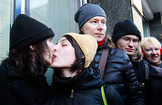"ORG XMIT: MOS10 Women share a kiss during a protest near the Duma, Russia's lower house of Parliament, in Moscow January 25, 2013. Russia's parliament is due to hold its first reading on a ""homosexual propaganda"" law on Friday, which was earlier postponed. Russian lawmakers may adopt the bill that bans promotion of homosexual, lesbian, bisexual, and transgender practices among minors and imposes large administrative fines for spreading propaganda of this kind during concerts in particular, according to local media. REUTERS/Sergei Karpukhin (RUSSIA - Tags: POLITICS CIVIL UNREST SOCIETY CRIME LAW)"