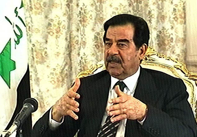 linha do tempo/saddam ORG XMIT: 243601_1.tif O presidente do Iraque, Saddam Hussein, durante entrevista. This 04 February 2003 television image from British TV Channel Four shows Iraqi President Saddam Hussein giving an interview to veteran British left-winger Tony Benn (not pictured). Hussein denied links between his regime and al-Qaeda in the interview. AFP PHOTO/CHANNEL FOUR NEWS