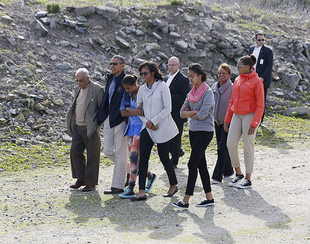U.S. President Barack Obama (2nd L) walks with his family, as they visit the rock quarry labor camp where Nelson Mandela was forced to work, while they tour Robben Island near Cape Town, June 30, 2013. Obama visits a bleak former prison island off the coast of South Africa on Sunday to pay tribute to ailing anti-apartheid hero Mandela and set the stage for a speech urging Africans to strive for prosperity and democracy. Pictured with the first family is their guide Ahmed Kathrada (L). REUTERS/Jason Reed (SOUTH AFRICA - Tags: POLITICS) ORG XMIT: WHT15