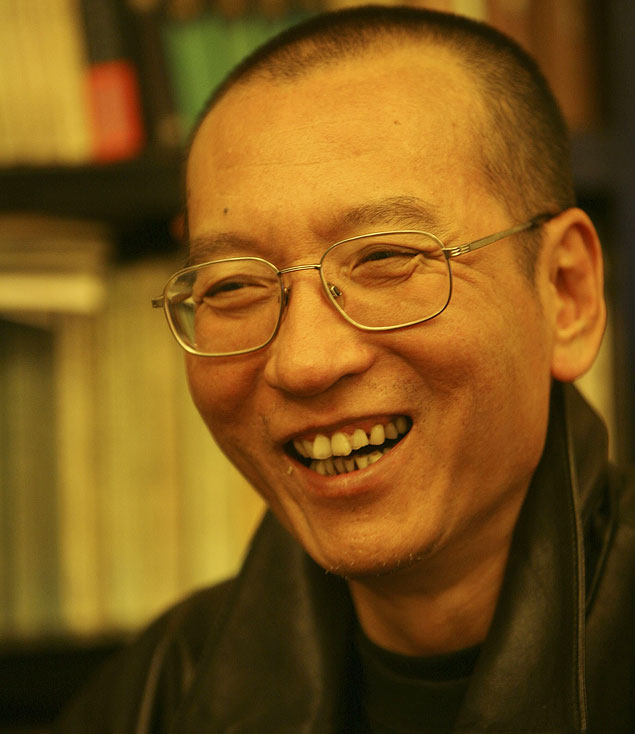 ORG XMIT: 151101_1.tif O dissidente chin�s Liu Xiaobo em foto sem data divulgada por sua fam�lia; preso, o ativista chin�s pr�-democracia ganhou o Pr�mio Nobel da Paz 2010. *** Chinese dissident Liu Xiaobo is seen in this undated photo released by his family on October 3, 2010. Jailed Chinese pro-democracy activist Liu Xiaobo won the Nobel Peace Prize on October 8, 2010, an announcement that Beijing had anticipated and bitterly criticised. REUTERS/Handout (CHINA - Tags: POLITICS IMAGES OF THE DAY) FOR EDITORIAL USE ONLY. NOT FOR SALE FOR MARKETING OR ADVERTISING CAMPAIGNS. THIS IMAGE HAS BEEN SUPPLIED BY A THIRD PARTY. IT IS DISTRIBUTED, EXACTLY AS RECEIVED BY REUTERS, AS A SERVICE TO CLIENTS