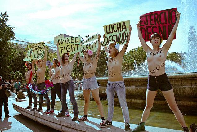 """Protesto do Femen na Espanha; cartazes dizem """"mulheres livres"""", """"luta nua"""", """"exército do Femen"""" e """"exército nu"""""""
