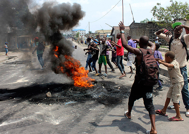 Demonstrators burn tyres to set up barricades during a protest in the Democratic Republic of Congo's capital Kinshasa January 20, 2015. Protests erupted for a second day in Democratic Republic of Congo on Tuesday over proposed changes to an election law that could delay a vote due in 2016 and allow President Joseph Kabila to stay in power. Picture taken January 20, 2015. REUTERS/Jean Robert N'Kengo (DEMOCRATIC REPUBLIC OF CONGO - Tags: SOCIETY CRIME LAW CIVIL UNREST POLITICS) ORG XMIT: AFR100