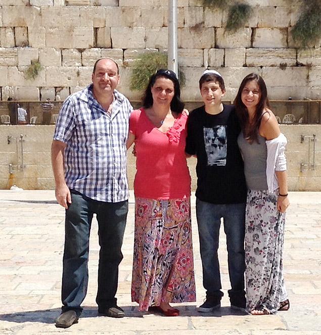 A educadora paulistana Sônia Gomberg (centro) e a sua família em Israel