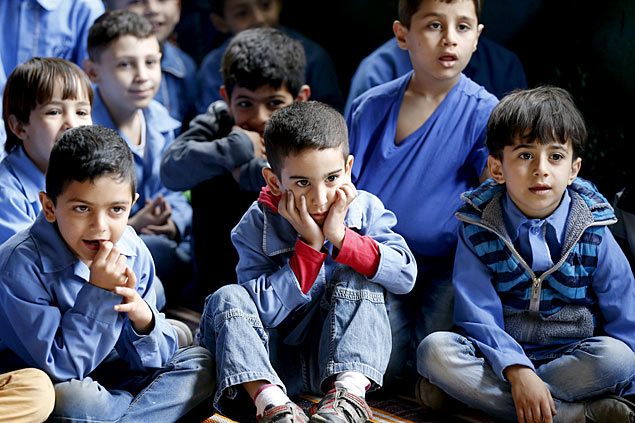 Kids watch a theater puppet show at an UNRWA school in Burj al-Barajneh in Beirut May 14, 2015. The Arab Puppet Theatre Foundation (APTF) is touring the 68 schools of the UN refugee agency's UNRWA and performs for all 39,000 Palestinian students in Lebanon, in a project with UNICEF and UNRWA. Picture taken May 14, 2015. REUTERS/Mohamed Azakir ORG XMIT: LBN09