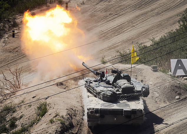 (FILES) In file photo taken on May 20, 2015 a South Korean tank of the 8th Mechanized Infantry Division takes part in a live-fire exercise at a training ground in Cheorwon, near the demilitarized zone (DMZ). South Korea on August 20, 2015 fired dozens of shells across the border into North Korea in retaliation for an apparent North Korean rocket attack, Seoul's defence ministry said. AFP PHOTO / FILES / Ed Jones ORG XMIT: EJJ291