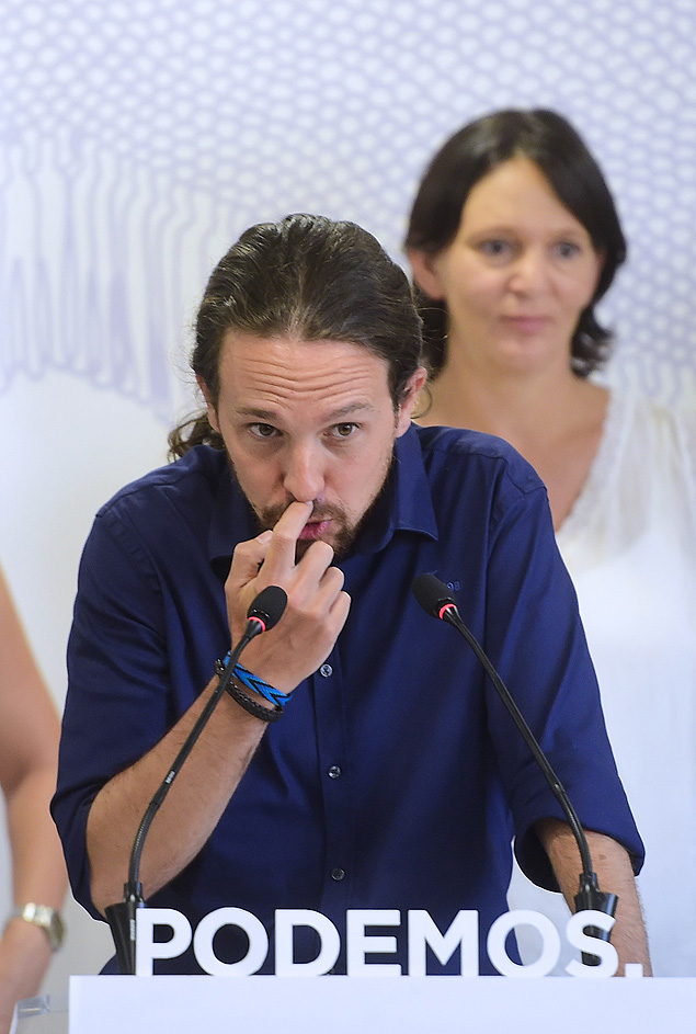 Spanish Euro Deputy and leader of left-wing protest party Podemos Pablo Iglesias gestures at a press conference during a meeting of the party's coordination board at it's headquarters in Madrid on August 24, 2015. AFP PHOTO / PIERRE-PHILIPPE MARCOU ORG XMIT: PPM401