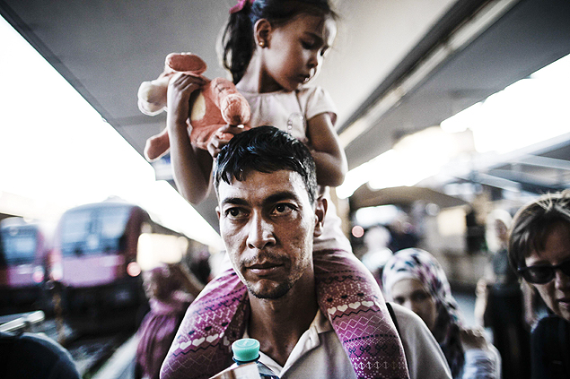 Migrants who arrived from Budapest walk on the platform at Vienna's Westbahnhof railway station on August 31, 2015. After arriving at Vienna's Westbahnhof, many of the migrants then boarded a train to Salzburg, while others climbed on to another one headed for Munich, with police looking on, an AFP correspondent at the scene said. AFP PHOTO / PATRICK DOMINGO ORG XMIT: 9234