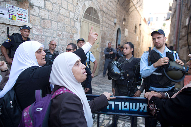 Palestinian women from the so-called Murabitat group shout slogans during a demonstration in the Muslim quarter of Jerusalem's Old City, on October 4, 2015, as Israel took a rare and drastic step of barring Palestinians from the Old City as tensions mounted following attacks that killed two Israelis and wounded a child. The restrictions will be in place for two days, with only Israelis, tourists, residents of the area, business owners and students allowed. Worship at the sensitive Al-Aqsa mosque compound will be restricted to Old City residents and Arab Israelis, and limited to men aged 50 and above. AFP PHOTO / MENAHEM KAHANA ORG XMIT: MK4456
