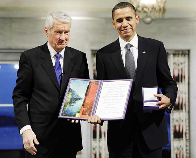 ORG XMIT: 152201_1.tif O presidente norte-americano, Barck Obama (� dir.), recebe de Thorbjorn Jagland, o pr�mio Nobel da Paz, em Oslo (Noruega). *** U.S. President and Nobel Peace Prize laureate Barack Obama holds up his medal and diploma as he poses with Nobel Committee Chairman Thorbjorn Jagland at the Nobel Peace Prize ceremony at City Hall in Oslo December 10, 2009. The United States must uphold moral standards when waging wars that are necessary and justified, Obama said on Thursday as he accepted the Nobel Prize for Peace. REUTERS/John McConnico/Pool (NORWAY POLITICS)