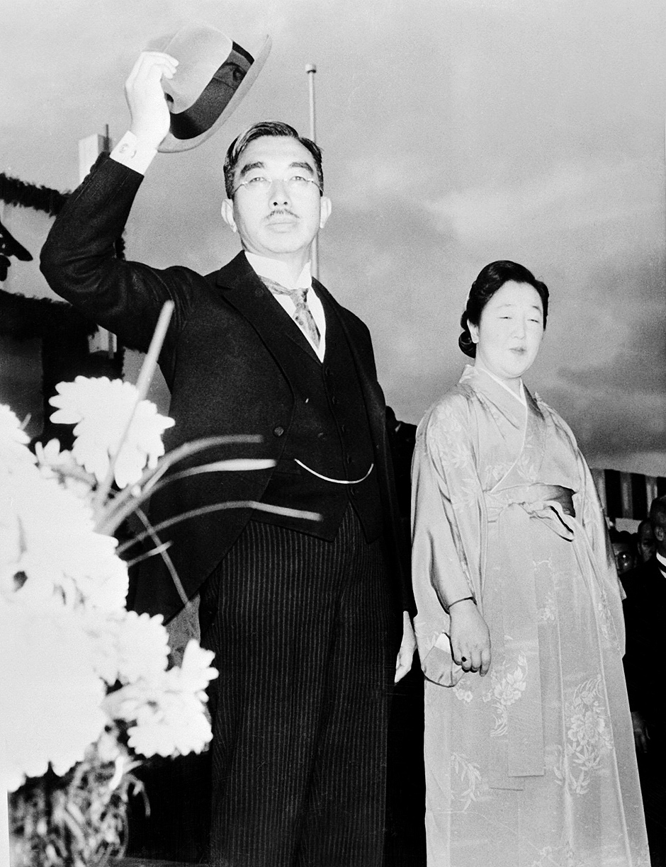 ORG XMIT: 594601_0.tif 1946(FILES) Imperador do Japão, Hirohito, ao lado da imperatriz Kuni Nagako, em Tóquio. A November 1946 file photo shows Japan's 124th Emperor Hirohito waving to the crowd as Empress Kuni Nagako looks on from the steps of the Imperial Palace in Tokyo following the vote of the new Japanese constitution. Empress Dowager Nagako died at the age of 97, 16 June 2000 after a life spanning most of the 20th century in which she stood in the shadow of late emperor Hirohito. AFP PHOTO