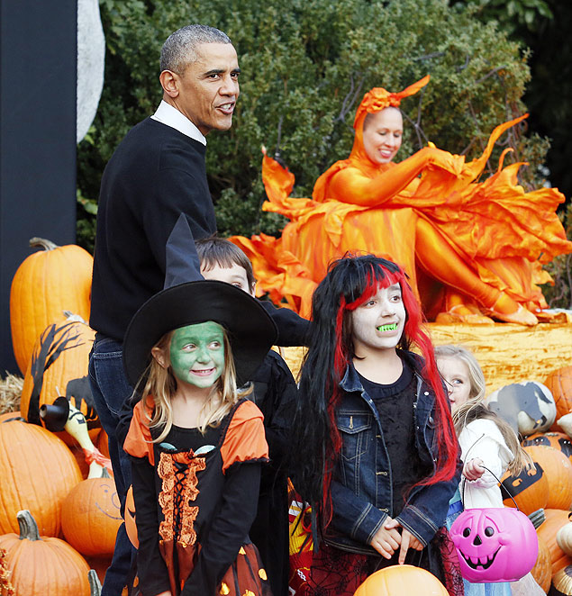 US President Barack Obama greets trick-or-treaters at the White House in Washington, DC on October 31, 2014. President Obama and First Lady Michelle Obama welcomed local children and children of military families to the White House for a Halloween party. AFP PHOTO/YURI GRIPAS ORG XMIT: YMG24