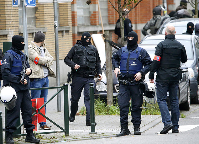 Belgian police stage a raid, in search of suspected muslim fundamentalists linked to the deadly attacks in Paris, in the Brussels suburb of Molenbeek, November 16. 2015. REUTERS/Yves Herman ORG XMIT: MAL266