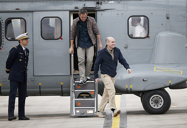 REFILE - CORRECTING SPELLING ERROR IN NAME OF MILITARY AIRBASE Former French hostages and journalists Nicolas Henin (R) and Didier Francois (L) descend their helicopter moments after arriving at the military airbase in Villacoublay, near Paris, April 20, 2014. Four French journalists who were held captive in Syria for more than 10 months arrived back in France on Sunday, a day after being found blindfolded and with hands bound at the Turkish border. REUTERS/Gonzalo Fuentes (FRANCE - Tags: POLITICS MEDIA CONFLICT) ORG XMIT: PAR127