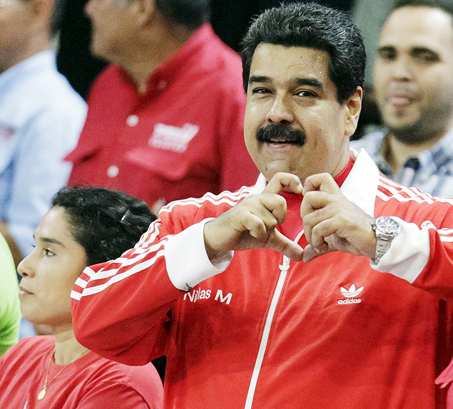 Venezuela's President Nicolas Maduro (R) forms a heart shape with his hands during a campaign rally with pro-government candidates for the upcoming parliamentary elections in Caracas, November 30, 2015. Venezuela will hold parliamentary elections on December 6. REUTERS/Marco Bello FOR EDITORIAL USE ONLY. NO RESALES. NO ARCHIVE. ORG XMIT: MAB103