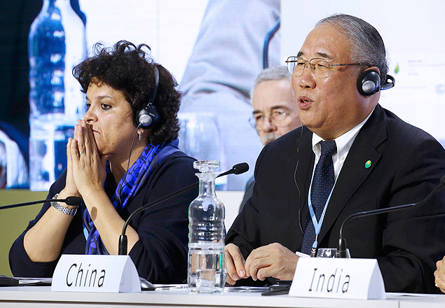 Brazil's Izabella Teixeira (L), Minister for Environment, and Xie Zhenhua, Special Representative for Climat Change of China, attend a news coference during the World Climate Change Conference 2015 (COP21) at Le Bourget, near Paris, France, December 8, 2015. REUTERS/Jacky Naegelen ORG XMIT: JNA42