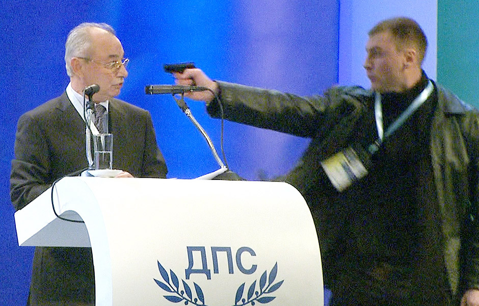 ORG XMIT: BTV011 BTV011. Sofia (Bulgaria), 19/01/2013.- A still grab from a broadcast by Bulgarian television channel BTV handed out by BTV on 19 January 2013 shows an unidentified man (R) pointing a gun at Ahmet Dogan (C), leader of the MRF party of the Turkish minority in Bulgaria, during a party conference in Sofia, Bulgaria, 19 January 2013. The leader of Bulgaria's opposition Movement for Rights and Freedoms escaped an apparent assassination attempt 19 January while addressing a party congress in Sofia, local media reported. The attacker pointed a gun at Dogan, but was prevented from firing, according to the reports. While security wrestled with the attacker, Dogan was tackled to the ground by his bodyguards. The oppositional Movement for Rights and Freedoms (MRF) has deputies in the National Assembly in Sofia and in the EU parliament. EFE/EPA/BTV / HANDOUT RECROPPED VERSION OF BTV01 * MANDATORY CREDIT: BTV HANDOUT EDITORIAL USE ONLY/NO SALES