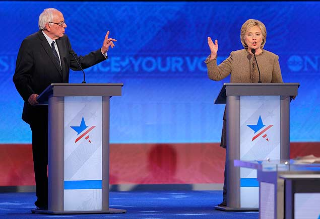 Democratic U.S. presidential candidates Senator Bernie Sanders and former Secretary of State Hillary Clinton discuss an issue at the Democratic presidential candidates debate at St. Anselm College in Manchester, New Hampshire December 19, 2015. REUTERS/Brian Snyder ORG XMIT: MAN557