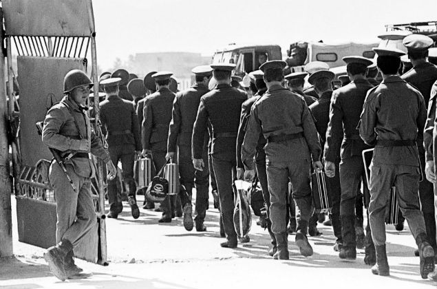1989 Tropas soviéticas deixam a base no Afeganistão em 1989: Soviet officers and soldiers leave their base outside Afghan capital Kabul as they return to the Soviet Union. Moscow's forces pulled out of the country in 1989 after a decade of war in which tens of thousands of Soviet soldiers and many more Afghans died. A senior Russian general ruled out on Wednesday Moscow taking part in any military action in Afghanistan in the aftermath of attacks on the United States. Picture taken in March 1988. B/W ONLY REUTERS/Sergei Karpukhin