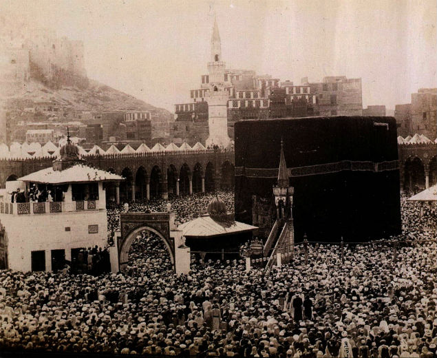 Muçulmanos rezando em Al.Qabba, Meca, em 1880: Moslem worshippers pray around the holy site al-Qabba in Mecca, in one of 18 photographs from a private collection showing the earliest images ever recorded of the Saudi Arabian city. The photographs were taken from 1880-1881 by Sadek Bey Mohamed, an officer of the Egyptian army and will be auctioned at Sotheby's 04 June in London. -AFP PHOTO AFP/EGYPTOPHILIA/vg/lt-AFP PHOTO AFP/EGYPTOPHILIA/vg/lt*** NÃO UTILIZAR SEM ANTES CHECAR CRÉDITO E LEGENDA***