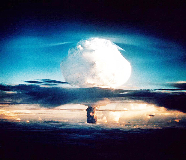 ORG XMIT: 401001_1.tif Teste de explosão de Bomba H no atol de Enewetak em Elugelab Island. (This US Department of Energy file photo obtained 29 October 2002 shows the cloud from XX-58 IVY MIKE, an experimental thermonuclear device or H-bomb, that was fired on Elugelab Island in the Enewetak atoll 01 November1952. The Mike device used liquid deuterium as the fusion fuel and created a fireball 3 miles wide. The 'mushroom' cloud rose to 57,000 ft in 90 seconds, and topped out in 5 minutes at 135,000 ft - the top of the stratosphere- with a stem eight miles across. The detonation of Mike completely obliterated Elugelab, leaving an underwater crater a 6240 feet wide and 164 ft deep in the atoll where an island had once been. 01 November 2002 marks the 50th anniversary of the first detonation of the H-bomb. AFP PHOTO/DEPARTMENT OF ENERGY)