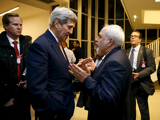 U.S. Secretary of State John Kerry talks with Iranian Foreign Minister Mohammad Javad Zarif after the International Atomic Energy Agency (IAEA) verified that Iran has met all conditions under the nuclear deal, in Vienna January 16, 2016. REUTERS/Kevin Lamarque ORG XMIT: KAL130