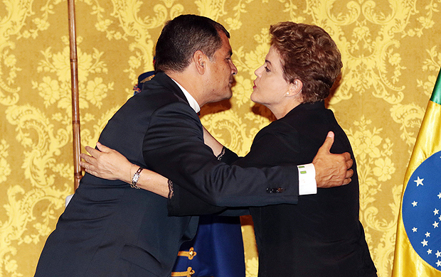(160127) -- QUITO, Jan. 27, 2016 (Xinhua) -- Brazil's President Dilma Rousseff (R) and Ecuador's President Rafael Correa greet each other during a joint press confererence at Carondelet Palace, in Quito, Ecuador, Jan. 26, 2016. Rafael Correa welcomed Dilma Rousseff at Carondelet Palace on Tuesday. (Xinhua/Santiago Armas) (zjy)