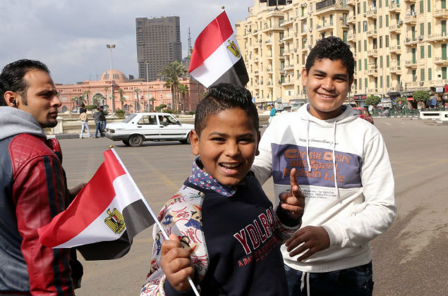Cairo (Egypt), 24/01/2016.- Youths hold Egyptian flags on Tahrir Square in Cairo, Egypt, 24 January 2016, on the eve of the fifth anniversary of the 25 January uprising. Egyptians planning protests to mark the 2011 uprising known as the Arab Spring will commit a 'crime' and must be punished, Minister of Religious Affairs Mohammed Mokhtar said earlier this month. The warning came after Egyptian secular activists and backers of the banned Muslim Brotherhood group called on Egyptians to hold massive anti-government protests on 25 January, which marks the anniversary of the revolt that toppled longtime dictator Hosny Mubarak. (Egipto, Protestas) EFE/EPA/KHALED ELFIQI ORG XMIT: KEF01
