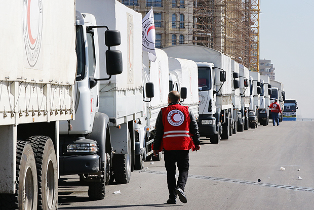 A Red Crescent convoy prepares to leave Damascus to the besieged areas of Madaya and Zabadani, on February 17, 2016 during an operation in cooperation with the UN to deliver aid to thousands of besieged Syrians. Almost half a million people in Syria are in areas under seige, according to the United Nations, after almost five years of civil war between Syria's government and rebel forces. / AFP / LOUAI BESHARA ORG XMIT: DAM866