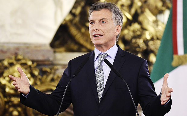 Argentina's President Mauricio Macri talks to the press after a working meeting with Italy's Prime Minister Matteo Renzi at Casa Rosada in Buenos Aires on February 16, 2016. Renzi is on two-day official visit to Argentina. AFP PHOTO / JUAN MABROMATA ORG XMIT: MAB052