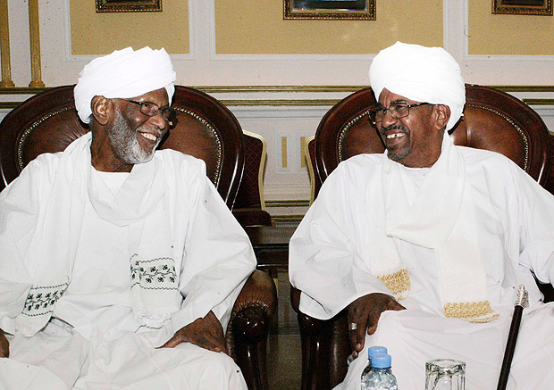 (FILES) This file photo taken on March 14, 2014 shows Sudan's President Omar al-Bashir (R) and Veteran Sudan opposition leader Hassan al-Turabi attending a meeting at the presidential guest house in the capital Khartoum. Turabi died of a heart attack on March 5, 2016 aged 84. / AFP / EBRAHIM HAMID ORG XMIT: EH0125