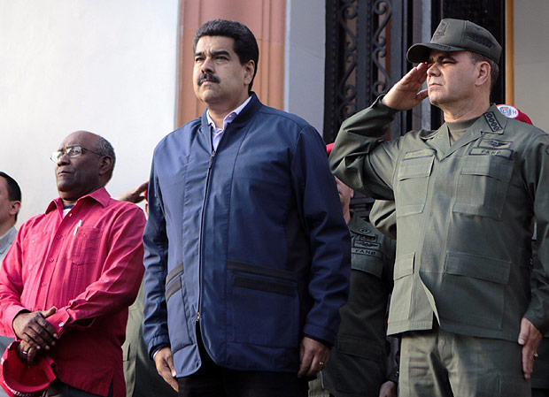 "Handout picture released by Venezuelan presidency showing Venezuelan President Nicolas Maduro (C) with Venezuelan vice president Aristobulo Isturiz (L) and Defense Minister Vladimir Padrino Lopez(R) during a meeting in Caracas on March, 9, 2016. Maduro recalled Venezuela's top diplomat from the United States in protest at the renewal of a year-old US decree calling his country a security threat. AFP PHOTO / PRESIDENCIA RESTRICTED TO EDITORIAL USE - MANDATORY CREDIT ""AFP PHOTO / PRESIDENCIA"" - NO MARKETING NO ADVERTISING CAMPAIGNS - DISTRIBUTED AS A SERVICE TO CLIENTS ORG XMIT: VEN564"