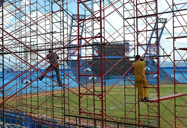 (160315) -- HAVANA, March 15, 2016 (Xinhua) -- Employees work on the repair of the Latinoamericano Stadium where will held the friendly baseball match between Tampa Bay Rays of U.S. and the Cuban national team, in the framework of the visit of the U.S. President Barack Obama in Havana, Cuba, on March 14, 2016. The White House has recently announced Obama's planned visit to Cuba on March 21-22, making him the first U.S. sitting president in 88 years to do so. (Xinhua/Joaquin Hernandez) (lyi)