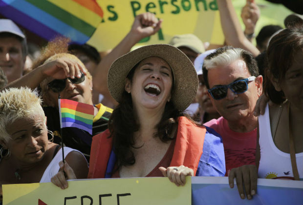 Mariela Castro (C), Sexologist, National Assembly member and daughter of Cuba's President Raul Castro marches against homophobia during a gay pride parade in Havana May 11, 2013. International Day Against Homophobia is commemorated annually on May 17. REUTERS/Desmond Boylan (CUBA - Tags: SOCIETY) ORG XMIT: HAV01