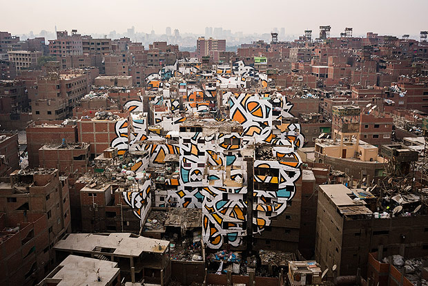 A mural stretched across more than 50 buildings by the artist eL Seed, in the Manshiyat Naser district of Cairo, often associated with squalor, on March 17, 2016. The artist used the buildings as his canvas to celebrate the Egyptian capitalâ€s trash collectors, who are largely viewed as second-class citizens. (David Degner/The New York Times) ORG XMIT: XNYT53 ***DIREITOS RESERVADOS. NÃO PUBLICAR SEM AUTORIZAÇÃO DO DETENTOR DOS DIREITOS AUTORAIS E DE IMAGEM***