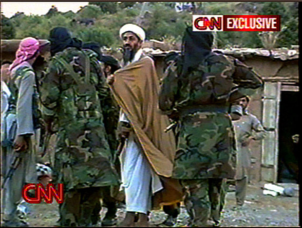 ORG XMIT: 204101_1.tif Imagem da TV CNN mostra o terrorista saudita Osam bin Laden cercado de seguran�as ap�s entevista coletiva, provalmente em Khost, cidade na regi�o sudeste do Afeganist�o. In this photo from video, Osama Bin Laden is surrounded by armed men after a news conference on May 26, 1998, that was believed to have taken place in one of several camps bin-Laden operated near the southeastern Afghan town of Khost, one of the main areas where U.S. forces are searching for Taliban and al-Qaida fugitives. CNN aired a second report Tuesday, Aug.20, 2002, on tapes it obtained from an al-Qaida archive in Afghanistan, quoting bin Laden as warning of a mission that would ``result in killing Americans and getting rid of them,'' just weeks before terrorists bombed the U.S. embassies in Kenya and Tanzania. (AP Photo/Courtesy of CNN)