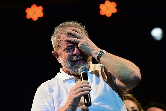 TOPSHOT - Brazilian former President (2003-2011) Luiz Inacio Lula Da Silva gestures as he delivers a speech during a rally in support of Brazilian President Dilma Rousseff in Rio de Janeiro, Brazil on April 11, 2016. A congressional committee on Monday recommended impeachment of Rousseff, setting the stage for a crucial vote in the lower house to decide whether she should face trial. / AFP PHOTO / CHRISTOPHE SIMON