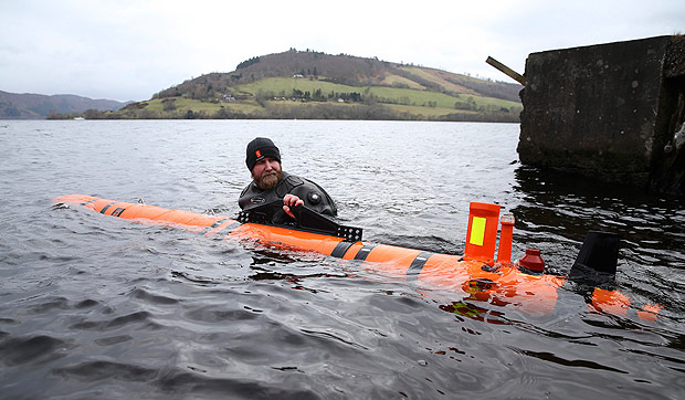 Subsea engineer John Haig launches Munin, an intelligent marine robot, to explore Loch Ness in Scotland, Britain April 13, 2016. REUTERS/Russell Cheyne ORG XMIT: CRC04
