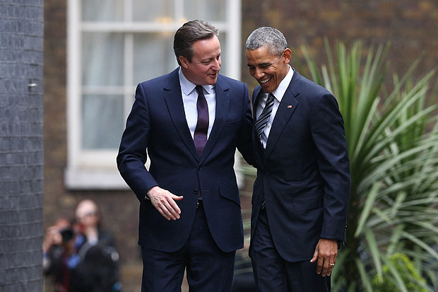 Britain's Prime Minister David Cameron (L) greets US President Barack Obama (R) as Obama arrives for talks at Downing Street in central London on April, 22, 2016. US President Barack Obama plunged into Britain's increasingly poisonous EU debate on Friday at the start of a visit, warning strongly against Brexit and pointing out that US soldiers had died for Europe. / AFP PHOTO / JUSTIN TALLIS