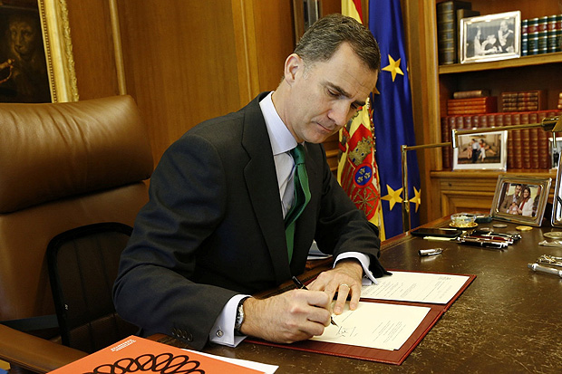 Spain's King Felipe signs a decree to dissolve parliament and call new elections at the Zarzuela Palace in Madrid, May 3, 2016. Courtesy of Casa de S.M. el Rey/Handout via REUTERS ATTENTION EDITORS - THIS IMAGE WAS PROVIDED BY A THIRD PARTY. EDITORIAL USE ONLY. NO RESALES. NO ARCHIVE.?? TPX IMAGES OF THE DAY ORG XMIT: PDH100