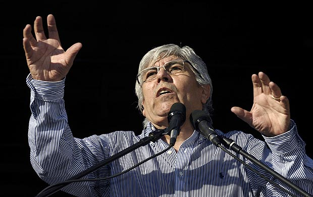 ORG XMIT: APX635 Argentine union leader Hugo Moyano delivers a speech during a demonstration by truck drivers and other unions from the divided CGT labor union, in Buenos Aires on June 27, 2012. Moyano, who joined the opposition to the government of President Cristina Kirchner defies the president with a strike and a massive meeting demanding the elimination of the taxes to the salaries and the restitution of the family benefits. AFP PHOTO / ALEJANDRO PAGNI